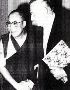 Der Anthropologe, Kriegsverbrecher und frühere SS-Offizier BRUNO BEGER mit seinem Freund TENZIN GYATSO, dem dreizehnten DALAI LAMA. Bild: Archiv Beger.